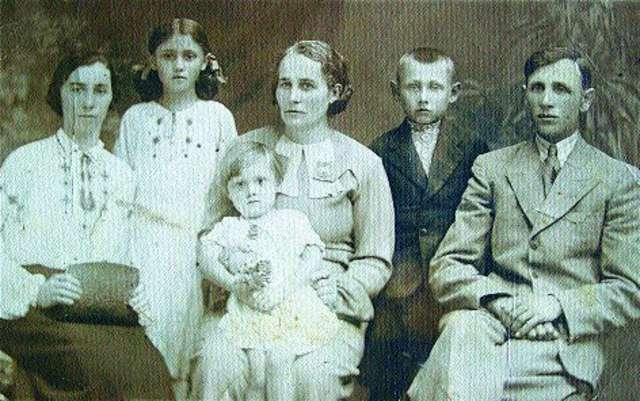 Zdjęcie rodzinne, wykonane przed wojną — druga z lewej to Julia Żuk - full image