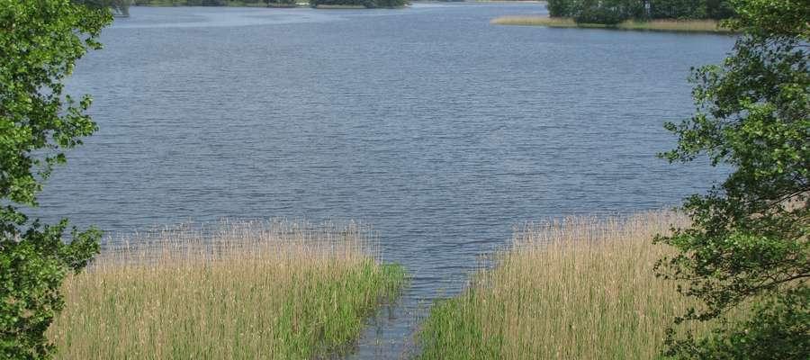 Widok na jezioro Gielądzkie, nad którym leżą Sorkwity