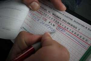 """Nowy taryfikator mandatów: 800 zł za parkowanie na """"kopercie"""", 100 zł za brak odblasków"""