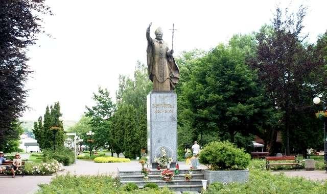 Mrągowo: pomnik Jana Pawła II - full image