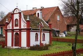 Kaplica z 1843 roku w Kominkach