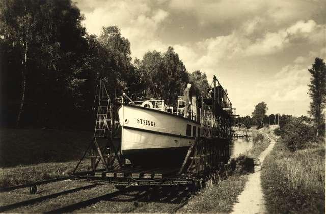 Motorowiec Steenke na pochylni. Pocztówka ze zbiorów Ryszarda Kowalskiego - full image