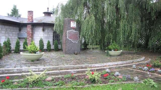 Pomnik stoi w centrum Suchacza, w pobliżu drogi 503 - full image