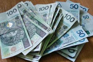 Młoda kobieta znalazła pieniądze. Policja szuka właściciela