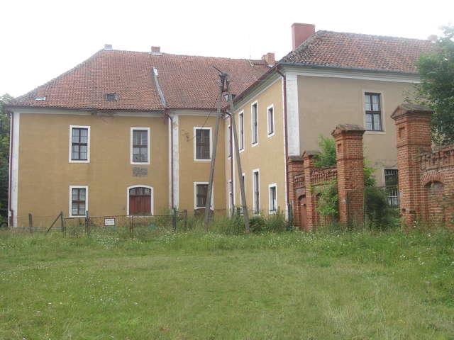 Tak pałac w Ponarach wygląda dziś. W czasach powojennych mieścił się tu ośrodek wypoczynkowy jednej z toruńskich fabryk, obecnie pałac jest własnością prywatną. Na ścianie są jeszcze widoczne herby dawnych właścicieli   - full image