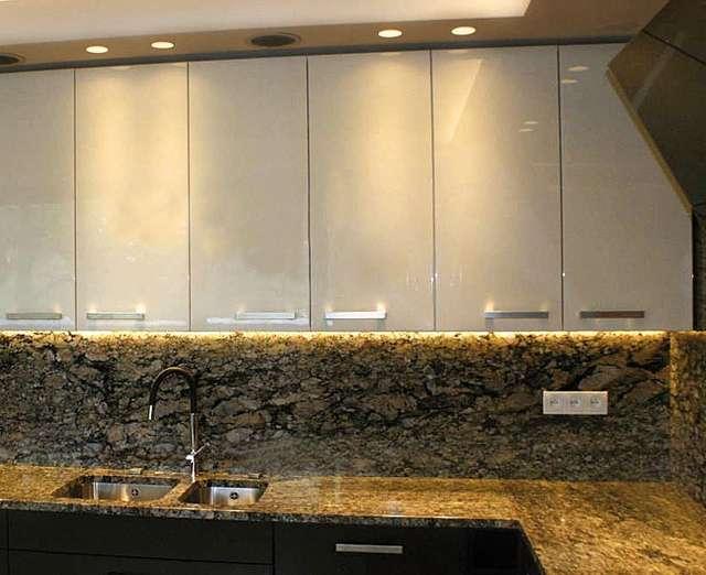 Dodatkowe Zamiast płytek ceramicznych w kuchni i łazience — materiały XM75