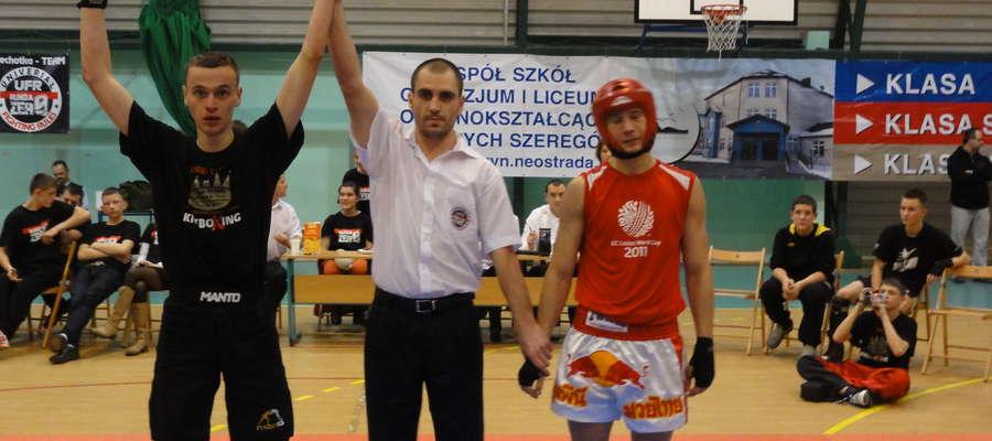 Zdjęcie archiwalne. Michał Szulwic po wygranej walce w Tarczynie