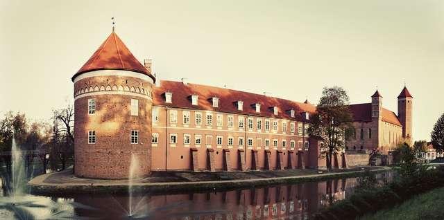 Na pierwszym planie odbudowany Pałac Grabowskiego, w głębi widać wschodnie skrzydło zamku - full image