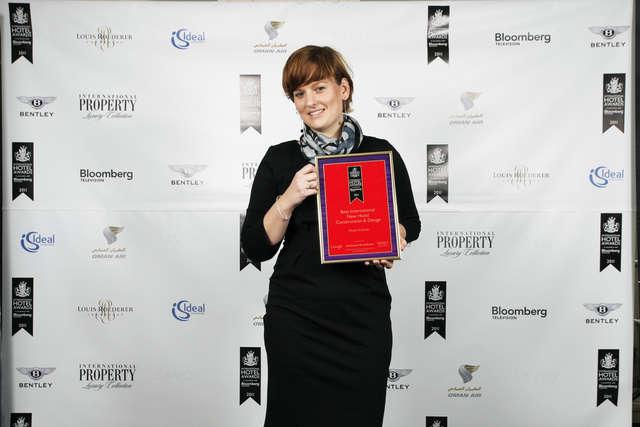 Magdalena Dowgiałło, dyrektor ds. operacyjnych Hotelu Krasicki, podczas ceremonii wręczania nagród w Hotelu Savoy w Londynie - full image