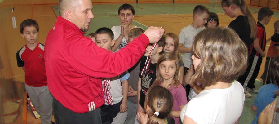 Leszek Jobs podczas zajęć z dziećmi w SP2. Teraz zaprasza na darmowe treningi do Kurzętnika