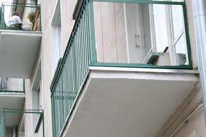 Pijany nastolatek wypadł z balkonu na drugim piętrze