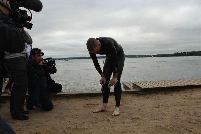 Bartek Kubkowski przepłynął wpław jezioro Niegocin (7,5 km)