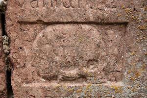 Bisztynek: Epitafium z XVIII w. wmurowane w fundament