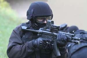 Podszywali się pod mundurowych i napadali z bronią w ręku. Sprawa gangu trafiła do sądu