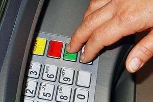 Ktoś zostawił 2 tysiące zł w bankomacie. Pieniądze czekają na właściciela