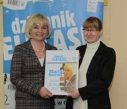 Super Babka Maria Kosecka odbiera nagrodę od Sylwii Warzechowskiej, szefowej redakcji Dziennika Elbląskiego