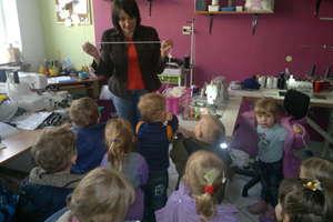 Wizyta przedszkolaków u krawcowej