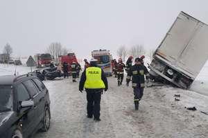 Ciężarówka zderzyła się z BMW. 2 osoby w szpitalu