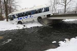 Autokar przebił barierki na moście i zawisł nad rzeką