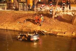 Volvo wpadło do kanału w Ostródzie. Cztery osoby w aucie