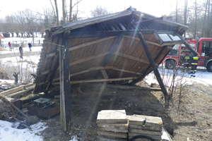 Drewniana wiata przygniotła kobietę. 19-latka w ciężkim stanie