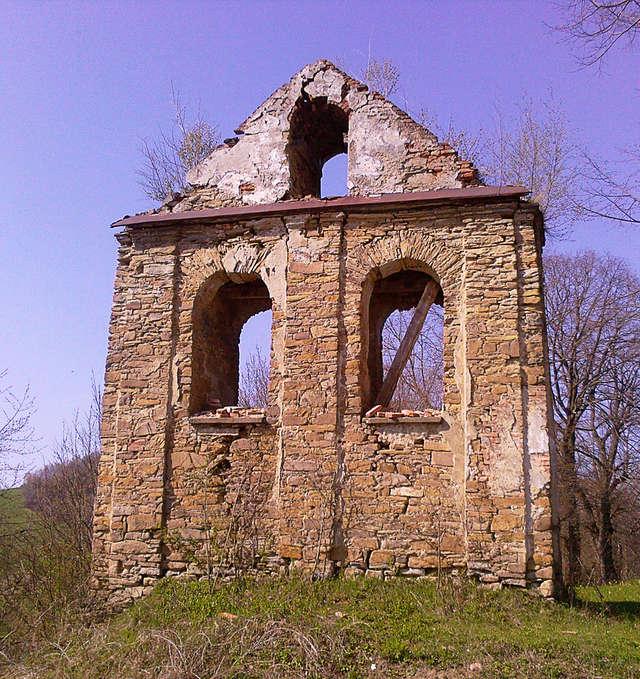 Cerkiewna dzwonnica w Terce. Jeden z dzwonów zawieszony jest obecnie na przykościelnej dzwonnicy. - full image
