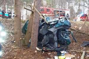 Ford rozbił się na drzewie. 19- i 20-latek zginęli na miejscu