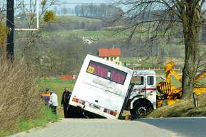 Autobus przewożący dzieci wjechał do rowu