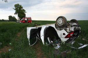 Opel dachował na krajowej 57, jedna osoba nie żyje