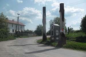 Drzewa jak słupy ogłoszeniowe w centrum mazurskiej wsi