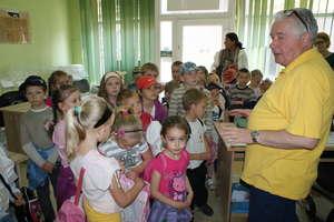 Uczniowie ze Skarlina zwiedzili komendę i redakcję