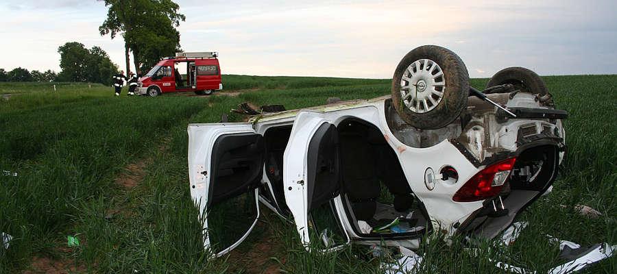 Trzy osoby podróżujące oplem trafiły do szpitala po tym jak wypadł z drogi i dachował.
