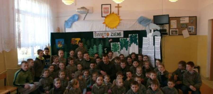 Zaproszeni goście, uczniowie, rodzice i nauczyciele spotkali się na krótkim programie artystycznym, wykonanym przez uczniów klasy drugiej
