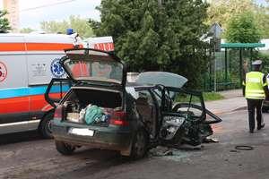 Golf wyleciał z drogi i uderzył w drzewo. Zginął 28-letni pasażer