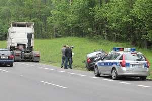 Ryzykowny manewr kierowcy DAF-a. Skoda wylądowała w rowie