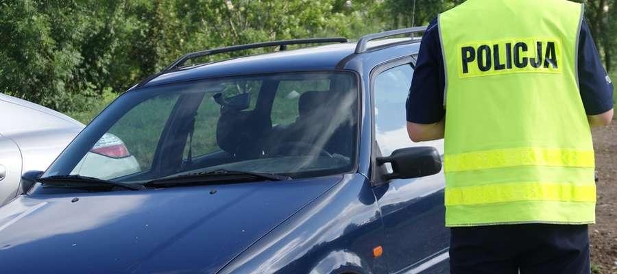 Funkcjonariusze dostali informację, że w VW Passacie zaparkowanym przed marketem mogą znajdować się pochodzące z przemytu papierosy