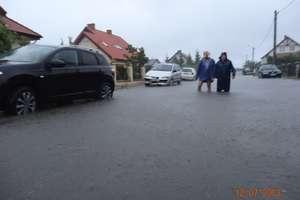 Woda do kolan, czyli zalana ulica w Barczewie. ZDJĘCIA!