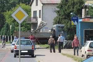 Przepchnął ciężarówkę na słup energetyczny