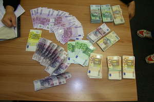Mercedes wypchany pieniędzmi. Rosjanin zatrzymany w Gołdapi