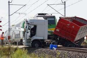 Ciężarówka wjechała pod pociąg