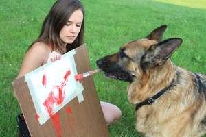 Ares to pies, który umie malować. ZOBACZ FILM!