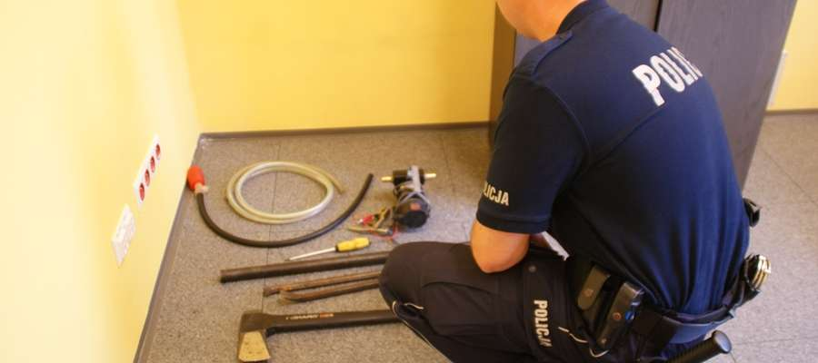 Podczas przeszukań policjanci zabezpieczyli narzędzia, które mogły posłużyć członkom grupy do popełniania przestępstw