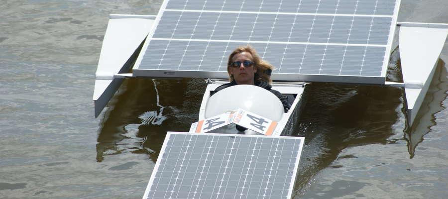 Jedna z łodzi solarnych biorących udział w próbie ustanowienia rekordu Guinessa na Jezioraku