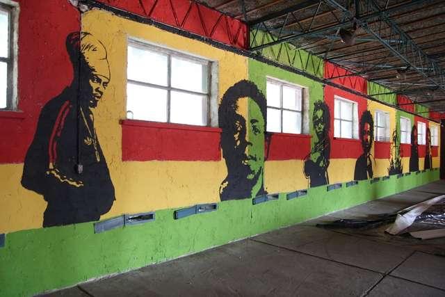 Czerwono-żółto-zielone koszary czekają na fanów reggae - full image