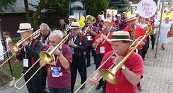 Parada jazzowa ulicami Iławy, ze Starego Miasta do amfiteatru i. Louisa Armstronga