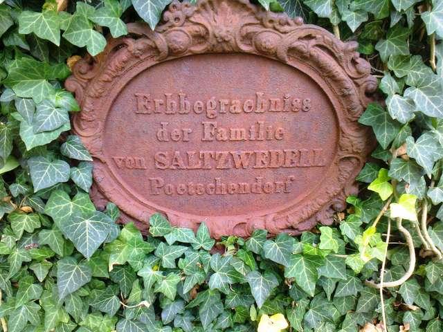 Bezławki: cmentarz jak tajemniczy ogród  - full image
