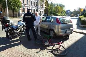 Rowerzysta uderzył w auto. Kierowca nie ustąpił pierwszeństwa