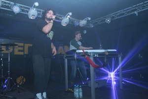 Dwaj prześmiewcy na scenie w klubie Ceglana