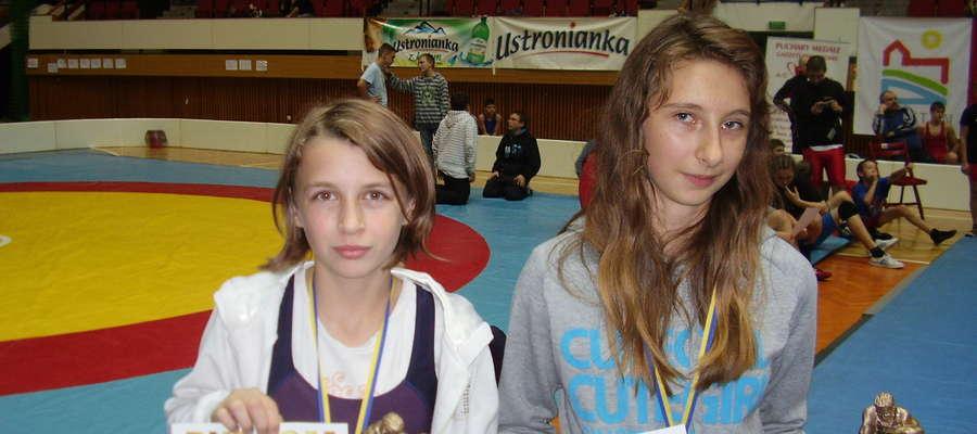 Zawodniczki Orlika Nawiady: Kornelia Brzezińska w kat. wag. 37 kg i Wioleta Giers 40 kg. wywalczyły srebrne medale podczas Pucharu Warmii i Mazur