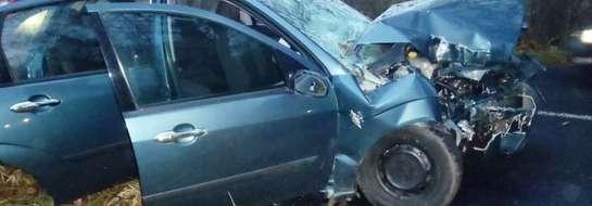 Kierująca pojazdem straciła panowanie nad autem, zjechała na przeciwny pas drogi uderzając w przydrożne drzewo